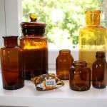 6 småkudde och bruna flaskor